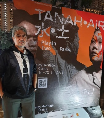 Isa at the performance of Tanah Air, a play based on his books 1819 and Rawa